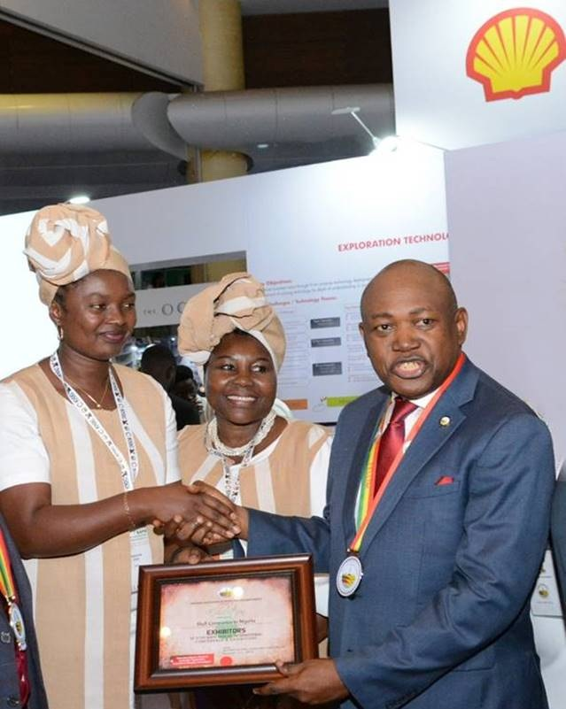 Shell Companies in Nigeria won the Best Exhibitor Award at the 37th annual international conference and exhibition of the National Association of Petroleum Explorationists, NAPE. Newly installed NAPE President, Mr. Alex Nachi Tarka, FNAPE (right), present a certificate to Shell's Operations Geophysicist, Mrs. Uche Aigbokhai (left) and Shell's Creative Solution Adviser, Mrs. Bena Oyedele (centre).